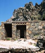 Εικ. 13. Νεκροταφείο Μόχλου. Αναπαράσταση του τάφου ΙV/V/VΙ.