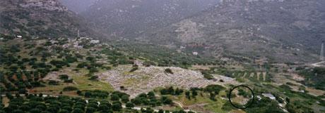 Εικ. 2. Φωτογραφία της περιοχής των Γουρνιών. Στο κέντρο ο λόφος του οικισμού. Το νεκροταφείο σε κύκλο. Άποψη από Βόρεια.