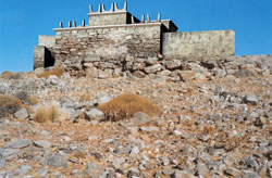 Εικ. 20. Το ιερό κορυφής Πετσοφά: αναπαράσταση με τριμερές κτήριο και μικρά κέρατα καθοσίωσης.