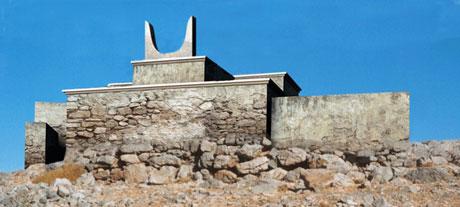 Εικ. 23. Το ιερό κορυφής Πετσοφά: αναπαράσταση με τριμερές κτήριο και μεσαία κέρατα καθοσίωσης.