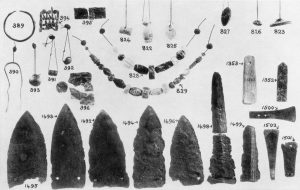 Kalathiana, daggers and jewelry from Tholos. Scale 1:2.
