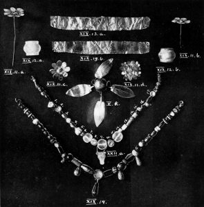 Jewellery from Tombs V, XIX and XXII. Scale about 3:7.