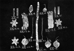 Gold jewellery from Tomb XIX. Scale 1:2.